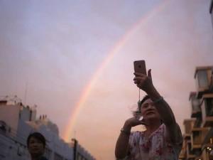 """Thế giới - Cư dân Bắc Kinh """"phát cuồng"""" vì cầu vồng xuất hiện sau mưa"""