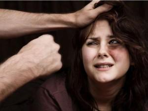 """Tình yêu - Giới tính - Phụ nữ cần làm gì trong """"cơn lốc"""" bạo hành gia đình?"""