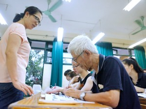 """Tin tức trong ngày - Cụ ông 71 tuổi """"muốn học ngoại ngữ đến chết mới thôi"""""""