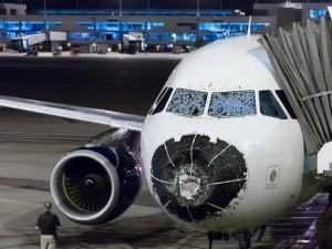 Tin tức trong ngày - Airbus 320 hạ cánh khẩn cấp vì mưa đá gây vỡ kính
