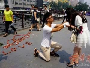Bạn trẻ - Cuộc sống - Chàng trai dùng 100 quả vải để cầu hôn bạn gái