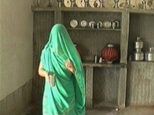 """Thế giới - Ấn Độ: Cô gái bị hiếp dâm phải đội 40 kg đá để """"tẩy uế"""""""