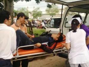 Tin tức Việt Nam - Xe biển xanh gây tai nạn bỏ chạy, mặc nạn nhân kêu cứu