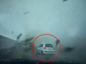 Tin tức trong ngày - Video: Vòi rồng thổi bay ô tô trong nháy mắt