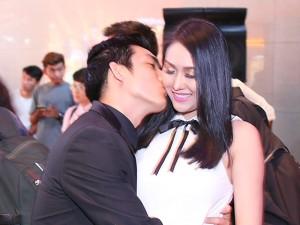 Hậu trường phim - Chồng trẻ hôn bà bầu Phi Thanh Vân giữa sự kiện
