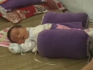 Tin tức trong ngày - HN: Bé sơ sinh bị bỏ rơi bên đường cùng lá thư của mẹ
