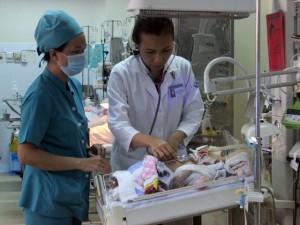 Tin tức Việt Nam - Vụ bé bị đâm xuyên não: Bộ trưởng Y tế khen ngợi bác sĩ