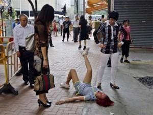 Bạn trẻ - Cuộc sống - Cô gái lăn ra đường ăn vạ vì bị chia tay