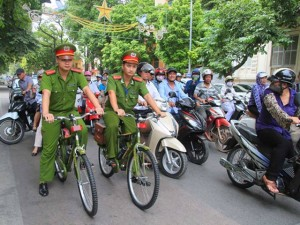 Tin tức trong ngày - Người HN thích thú với hình ảnh công an đạp xe tuần tra