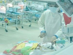 Bé sơ sinh bị đâm vào đầu: Mẹ xúc động mạnh khi gặp lại con
