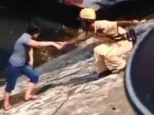 Tin tức trong ngày - HN: CSGT cứu một phụ nữ định nhảy sông Tô Lịch