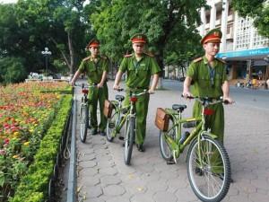 Tin tức trong ngày - Ảnh: Ngày đầu tuần tra bằng xe đạp của Công an Hà Nội