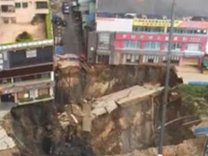 Tin tức trong ngày - Video: Hố tử thần khổng lồ giữa phố Trung Quốc