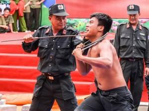 Tin tức Việt Nam - Chiêm ngưỡng nội công của cảnh sát trẻ!