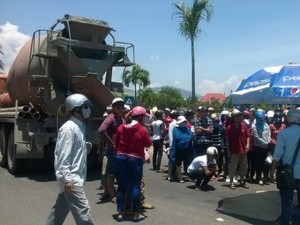 Tai nạn giao thông - Hàng trăm người bao vây xe bồn cán chết bé gái 9 tuổi