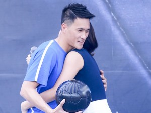 Văn Mai Hương ôm chầm Công Vinh trên sân khấu