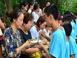 Bạn trẻ - Cuộc sống - Thiếu niên quỳ gối bón cơm cho cha mẹ bày tỏ lòng hiếu thảo