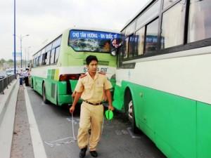 Tin tức trong ngày - TPHCM: Xe buýt đâm nhau, gần trăm hành khách khóc thét