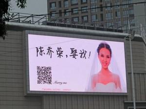 Tình yêu - Giới tính - Thiếu nữ xinh đẹp mua biển quảng cáo để cầu hôn