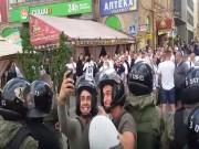 """Video bóng đá hot - CĐV bạo loạn, cảnh sát thản nhiên chụp """"tự sướng"""""""