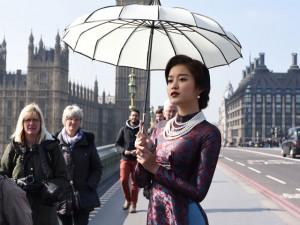 Thời trang - Huyền My hóa thiếu nữ xưa trên phố London