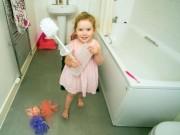 Sức khỏe đời sống - Kỳ lạ: Bé 2 tuổi nghiện ăn thảm chùi chân, bàn chải nhà vệ sinh