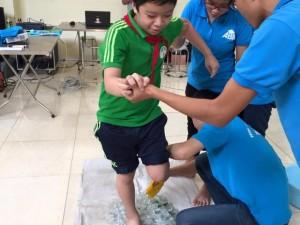 Tin tức Việt Nam - HS kể về giây phút bước chân trần trên mảnh thủy tinh