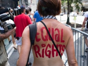 Thời trang - Đòi bình đẳng, phụ nữ có nhất thiết phải phô ngực?