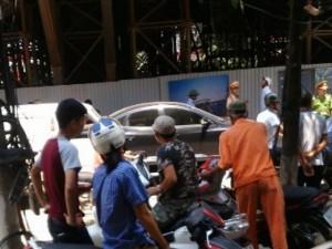 Tin tức Việt Nam - HN: Thanh sắt lớn từ đường sắt trên cao rơi trúng ô tô