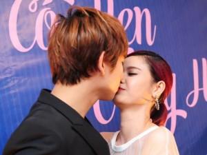 Trương Quỳnh Anh, Tim âu yếm hôn môi giữa sự kiện