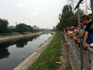 Tin tức trong ngày - Thi thể người đàn ông nổi trên sông Tô Lịch