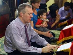 Đại sứ Mỹ  đội mưa  báo hiếu mẹ dịp lễ Vu Lan