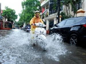Tin tức trong ngày - Mưa 30 phút, nhiều tuyến phố Hà Nội ngập sâu trong nước
