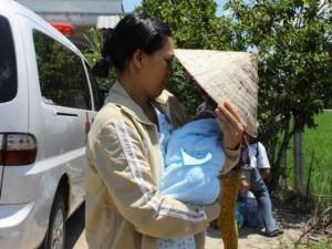 Vỡ òa hạnh phúc đón bé sơ sinh bị đâm trở về nhà