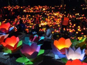 Tin tức trong ngày - Sông Sài Gòn rực sáng ánh hoa đăng trong lễ Vu Lan