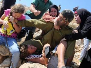 Bé gái Palestine cắn tay lính Israel giải cứu bạn