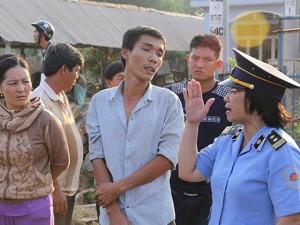 """Tin tức Việt Nam - Nữ thanh tra """"thép"""" khiến tài xế xe quá tải khiếp vía"""