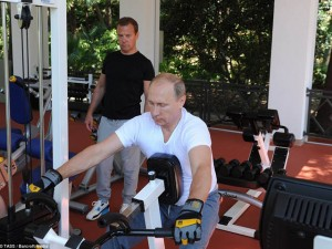 """Tổng Thống Putin, Thủ tướng Medvedev """"đọ dáng"""" trong phòng tập thể hình"""