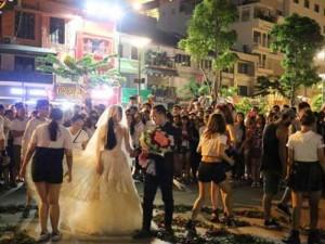 Bạn trẻ - Cuộc sống - Mối tình 7 năm của chàng trai cầu hôn trên phố đi bộ