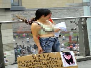 Tình yêu - Giới tính - Mẹ cởi áo trên phố tìm con gái bị bạch cầu