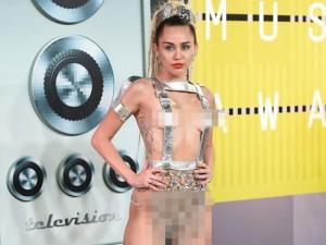 Miley Cyrus mặc kỳ cục trên thảm đỏ MTV VMAs