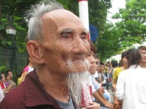 Cụ ông 85 tuổi đứng ngẩn ngơ vì không xem được diễu binh