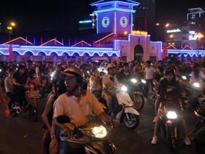 Hàng ngàn người đổ về trung tâm Sài Gòn xem pháo hoa