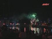 Video An ninh - Người Hà Nội đội mưa xem bắn pháo hoa