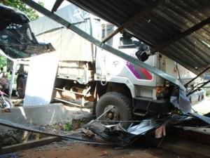Tin tức trong ngày - Xe tải cán nát 3 xe máy, tông sập 2 mái hiên nhà