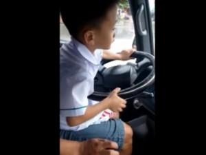 Tin tức trong ngày - Rợn tóc gáy cảnh bé trai lái ô tô chạy băng băng