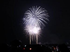 Người Hà Nội đội mưa xem pháo hoa mừng Quốc khánh