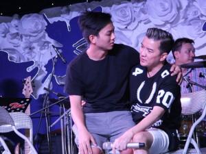 Ca nhạc - MTV - Hoài Lâm vô tư ngồi lên đùi Mr. Đàm