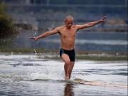 Võ thuật - Quyền Anh - Võ sư Thiếu Lâm lập kỷ lục chạy 125m trên nước