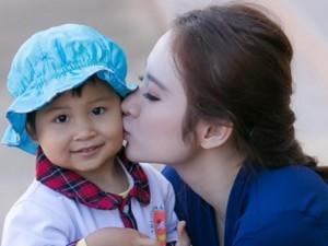 Ngôi sao điện ảnh - Angela Phương Trinh hồn nhiên bên trẻ em miền núi